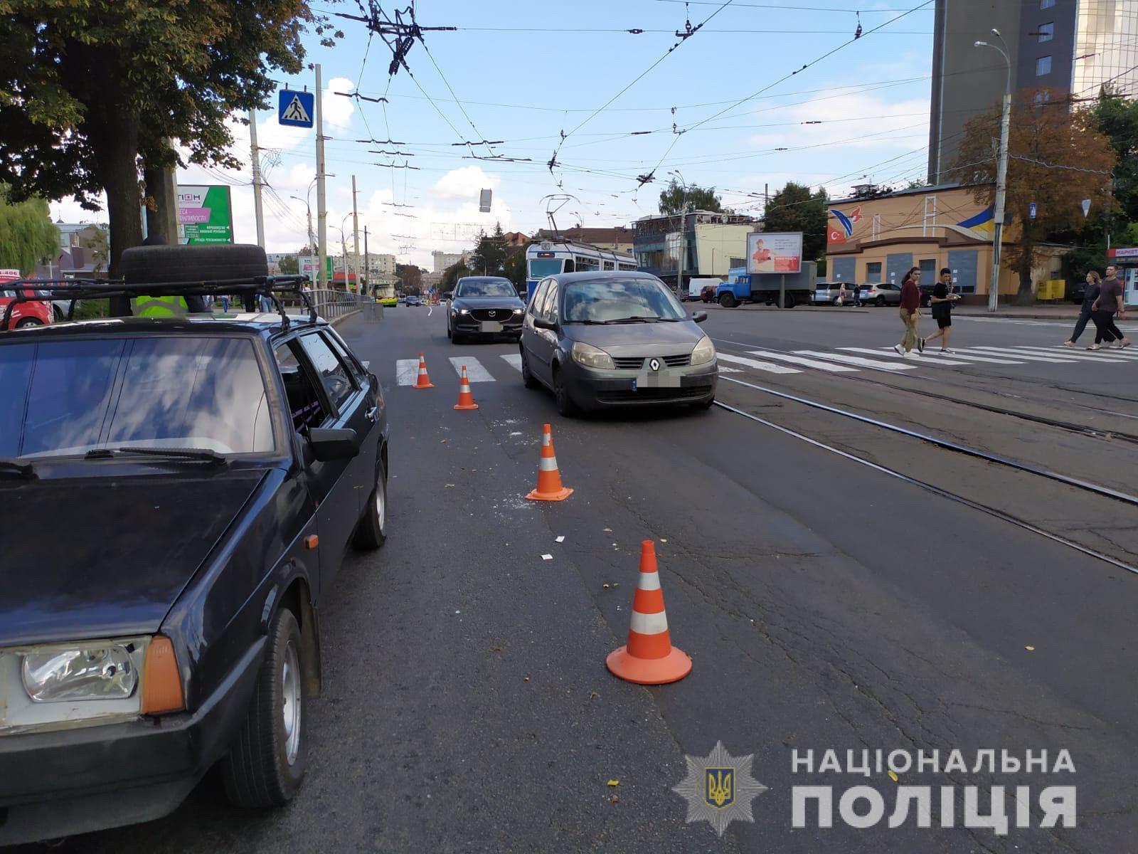 """У Вінниці на проспекті Коцюбинського на """"зебрі"""" водій """"ВАЗу"""" наїхав на трьох людей"""