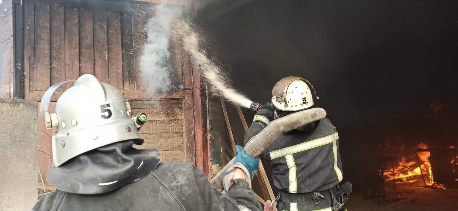Вінницькі вогнеборці гасили пожежу на деревообробному підприємстві